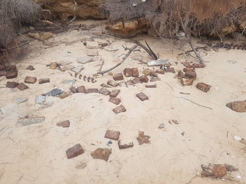 近20枚地雷出現在小金門雙口岸際的沙堆中。(民眾提供)