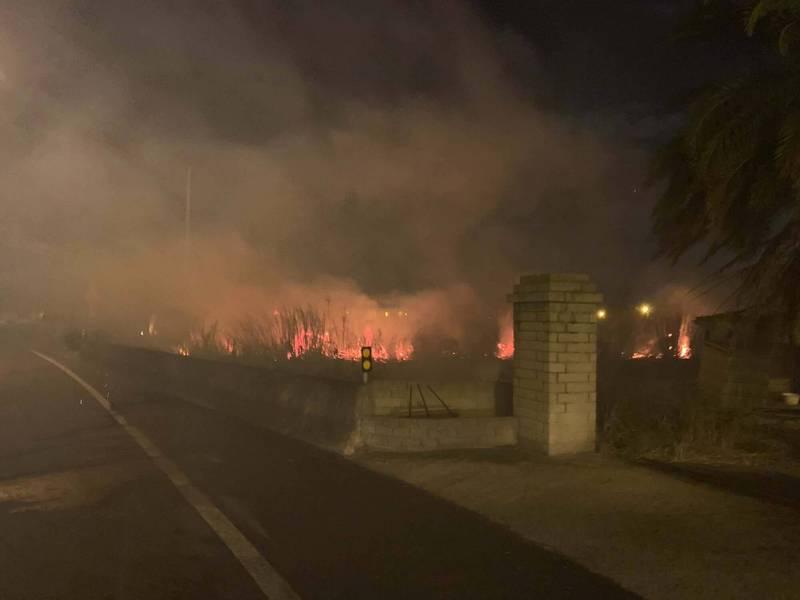 西濱路旁竄濃煙,道路行車安全受影響。(苗栗縣消防局提供)