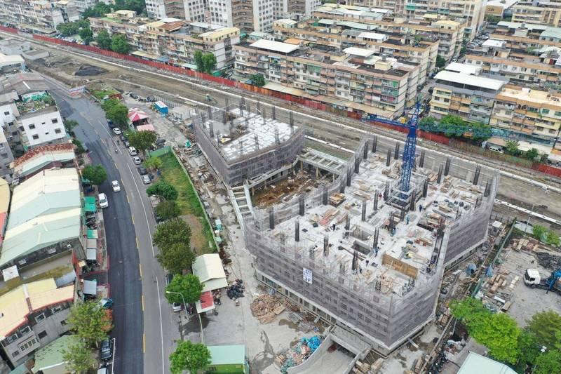 南台灣首座社會住宅「高雄凱旋青樹」245戶社宅,預計2022年4月完工啟用。(高市都發局提供)