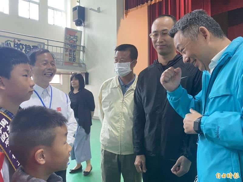 金門縣長楊鎮浯(右一)為許名詠(左一)加油打氣,也期許他保持健康,有一天夢想成真。(記者吳正庭攝)