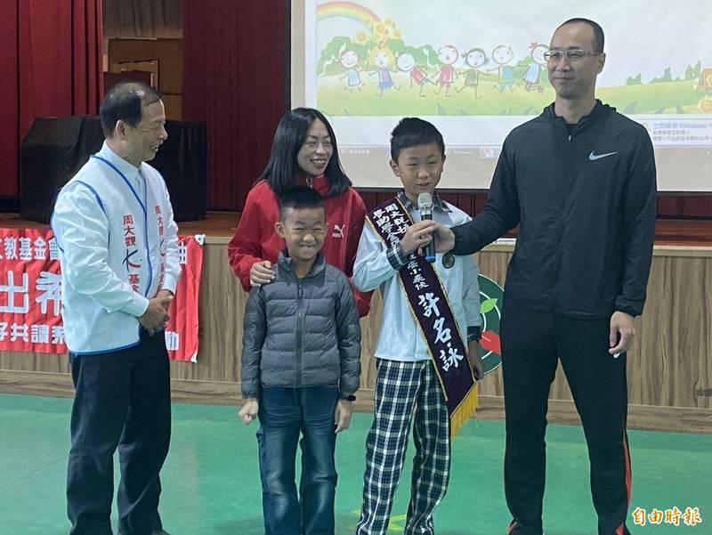周大觀文教基金會創辦人周進華(左一)陪同許名詠(右二)一家人,分享抗癌心路歷程。(記者吳正庭攝)