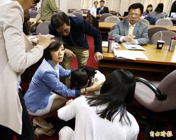 藍委王育敏(藍外套者)的任姓女助理送資料時遭電源線絆倒,訴請國賠獲償343萬元。(資料照)