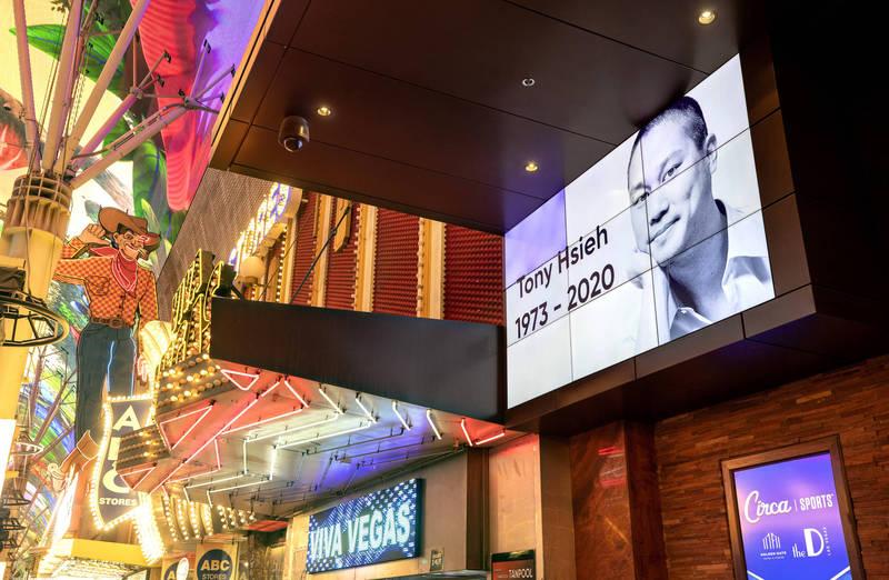 Zappos台裔創辦人及前執行長謝家華11月27日因火災身亡,享年46歲,拉斯維加斯市中心的金門賭場酒店外高掛他的照片悼念。(美聯社)