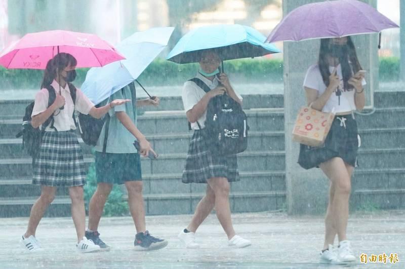 中央氣象局今(30)日下午3點55分針對北北基宜花5縣市發布大雨特報,提醒民眾外出要攜帶雨具;另外也針對14縣市發布陸上強風特報。(資料照)