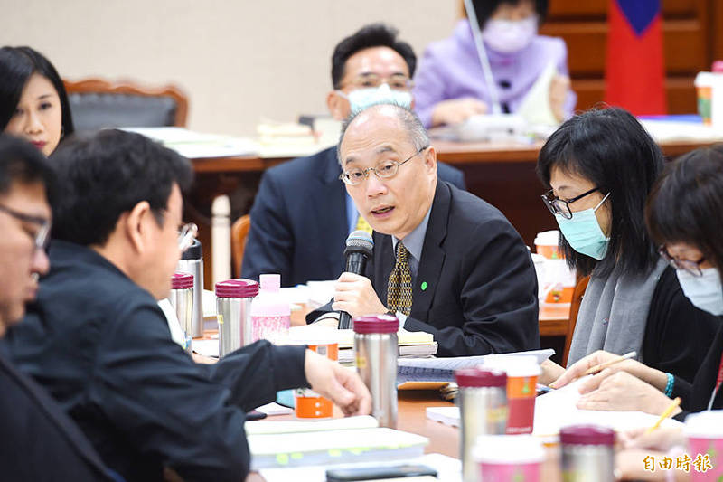 National Palace Museum Director Wu Mi-cha, center, attends a budget review at a meeting of the Legislative Yuan's Education and Culture Committee in Taipei yesterday. Photo: Fang Pin-chao, Taipei Times