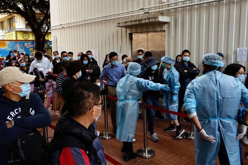 香港武漢肺疫情轉趨嚴峻,當局再次推行嚴厲的防疫措施,包括公務員在家上班,以及關閉大部分娛樂場所。(路透)