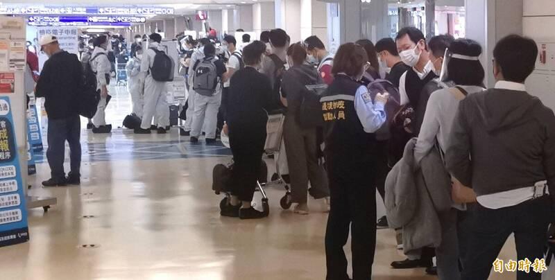 12月1日起將實施秋冬防疫專案,圖為29日桃園機場菲律賓入境旅客檢疫通關。(資料照,記者姚介修攝)