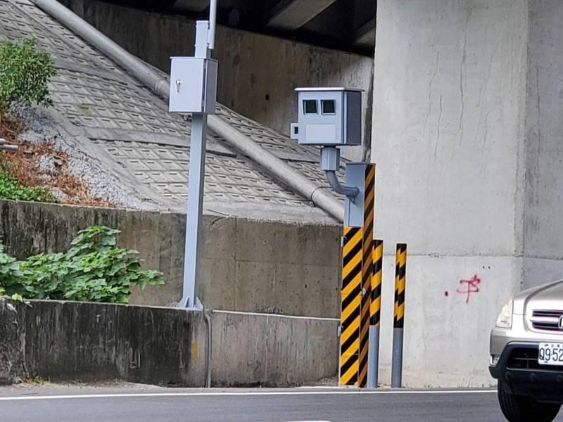 苗栗縣警察局在台13線頭屋路段及新北橫公路頭份路段,各新增1支固定式照相設備已完工驗收,自12月1日至12月31日止為宣導期,明年1月1日起正式執法。 (圖由警察局提供)