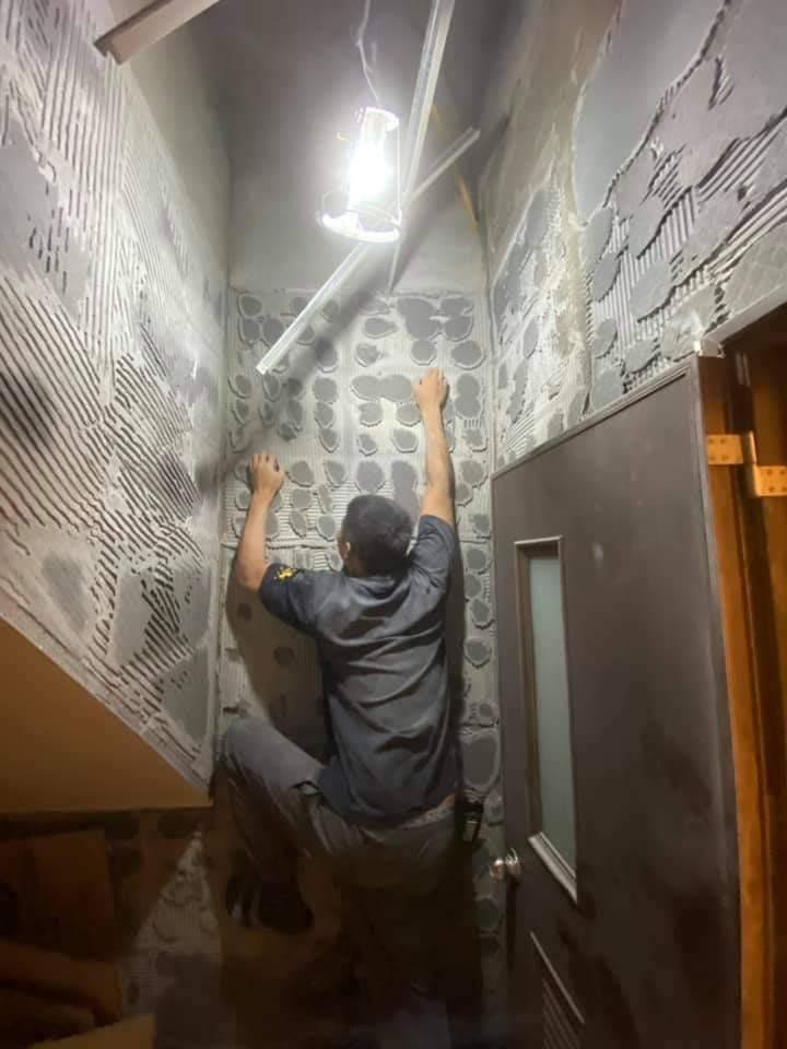 宜蘭縣游姓網友家中廁所磁磚掉光,爬上去像在攀岩。(圖擷取自宜蘭知識+)