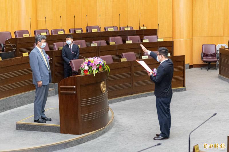 陳睿生在桃園地方法院庭長張益銘監誓下,就職桃園市議員。(記者謝武雄攝)