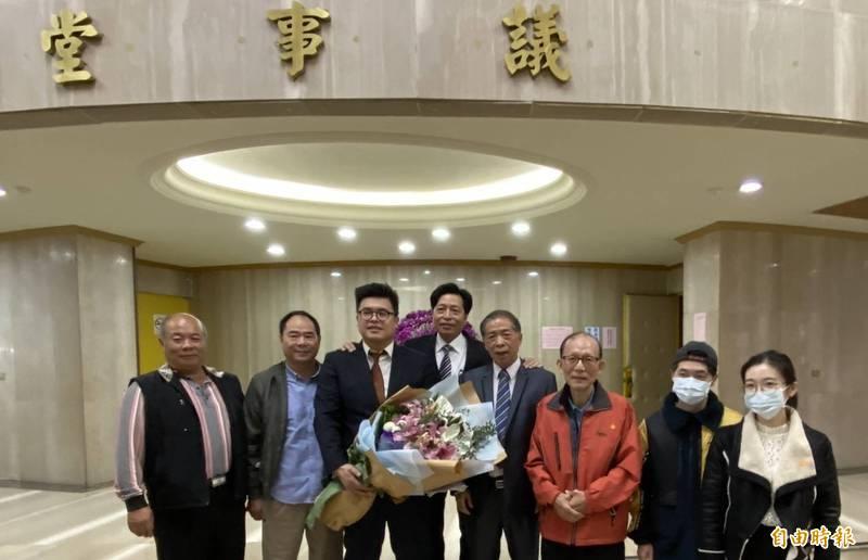 民進黨陳睿生就職議員後,親朋好友們還致贈鮮花祝賀。(記者謝武雄攝)