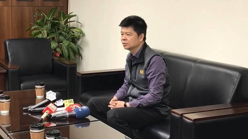 中正一分局長陳明志今天受訪時對連日來的風波、女兒發文不當事件致歉。(記者王冠仁翻攝)