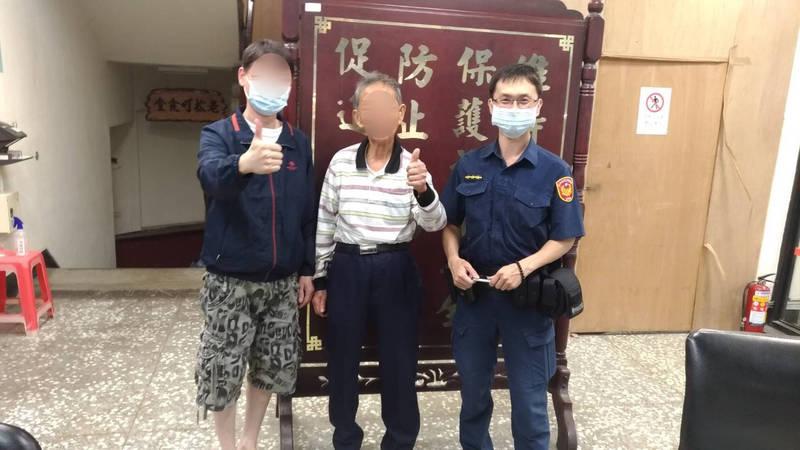 家屬趕到警所接回老翁,頻向警方致謝。(記者許國楨翻攝)