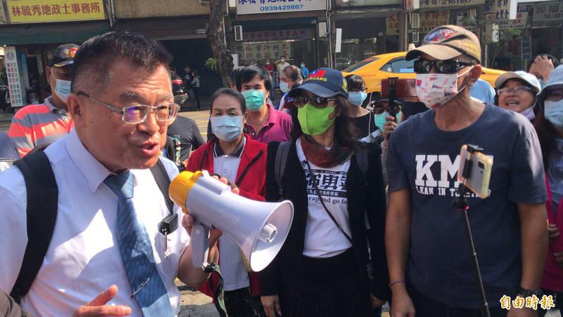 挺韓醫師黃義霖(持大聲公)被控抹黑高雄市議員康裕成收賄,黃義霖出庭說明,支持者聚雄檢聲援。(記者黃良傑攝)
