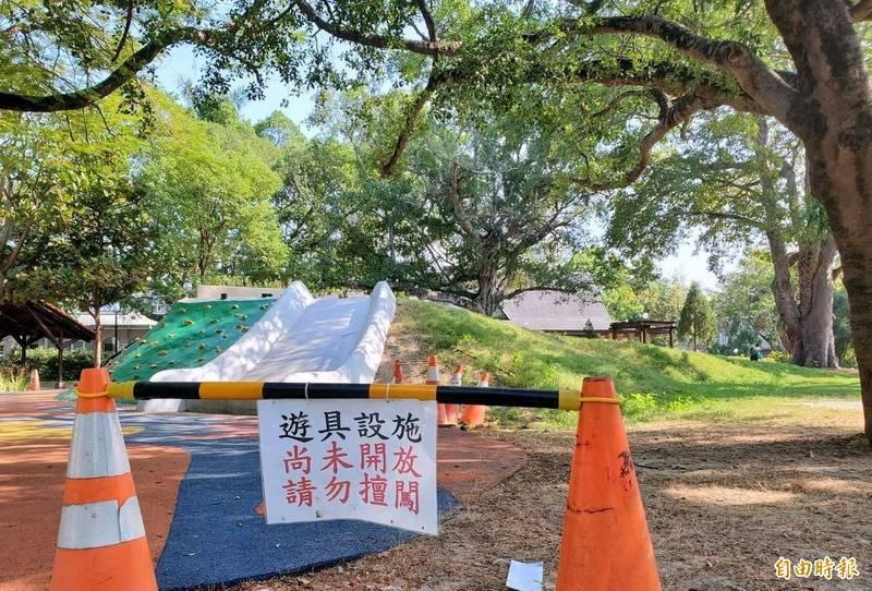 南投縣府掛牌警示南投市中山公園多功能溜滑梯設施尚未對外開放情形。(記者謝介裕攝)