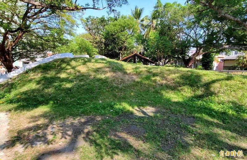 陽光照射下,南投市中山公園的多功能溜滑梯設施外觀,像極了墓園,引發民怨四起。(記者謝介裕攝)