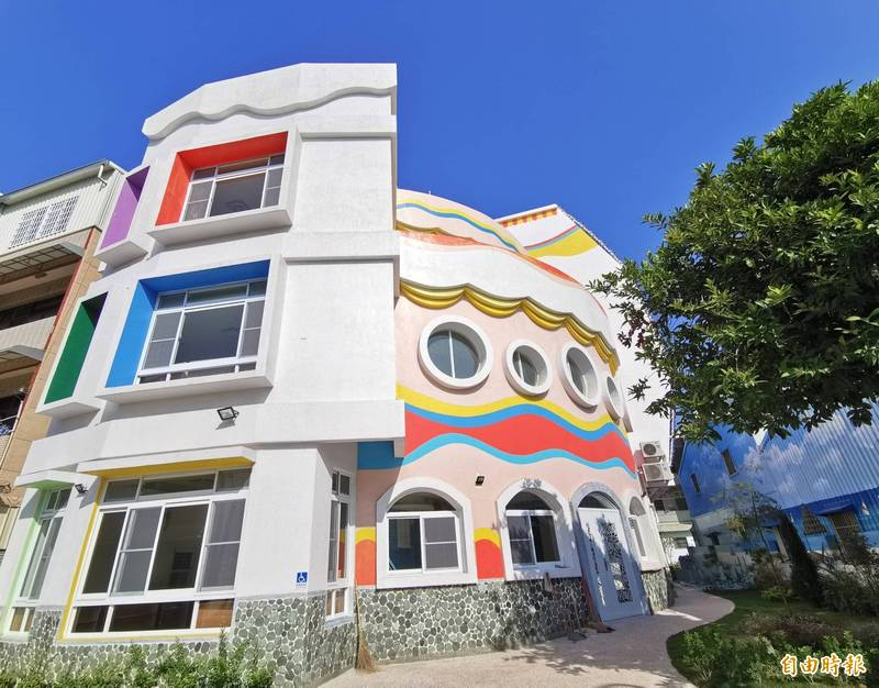 受到遊客矚目的關廟蛋榚屋,是新完工的幼兒園校舍。(記者吳俊鋒攝)