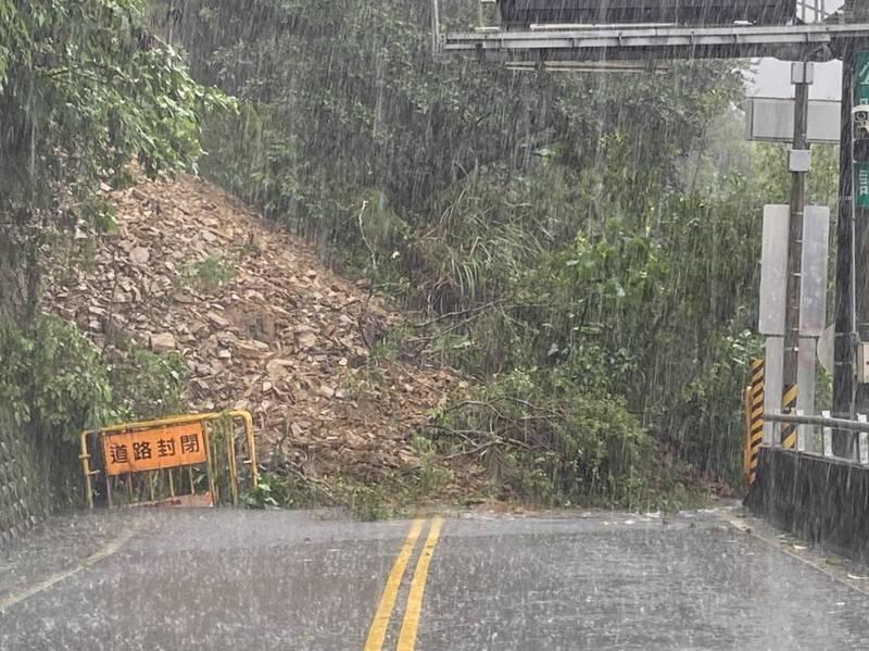 蘇花公路台9丁線2.7公里處,今天下午12點多坍方落石造成交通中斷。(記者江志雄翻攝)