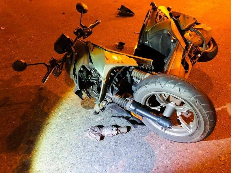 鐘女的機車車頭撞得全毀。(記者王捷翻攝)