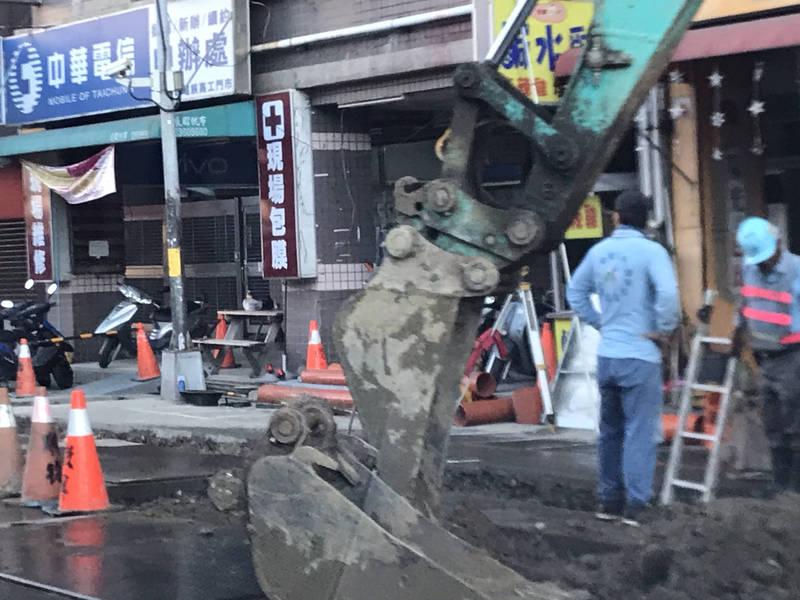 中市南區高工路,下午傳出包商不慎挖斷瓦斯管線導致瓦斯外洩。(民眾提供)