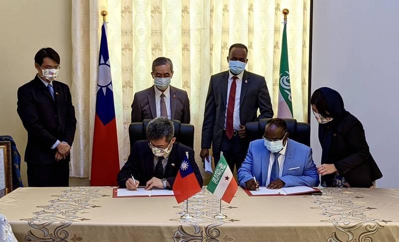 台灣駐索馬利蘭技術團規劃今天揭牌,團長薛烜坪與索國衛生部執行長赫格耶簽署「孕產婦及嬰兒保健功能提升計畫執行協議」。(駐索馬利蘭代表處提供)