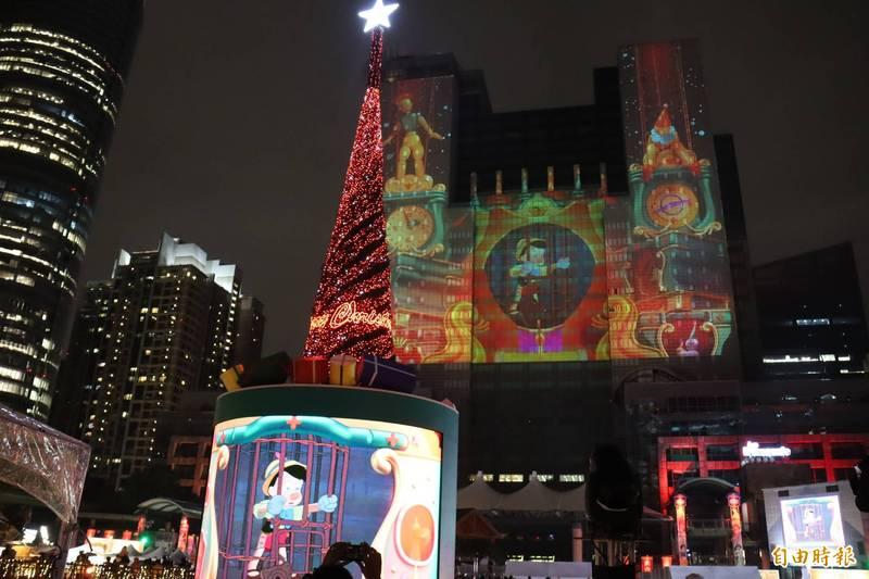 「2020新北歡樂耶誕城」主燈秀,晚上播出第2支全新視覺風格的雷射光雕秀「奇幻篇」。(記者翁聿煌攝)