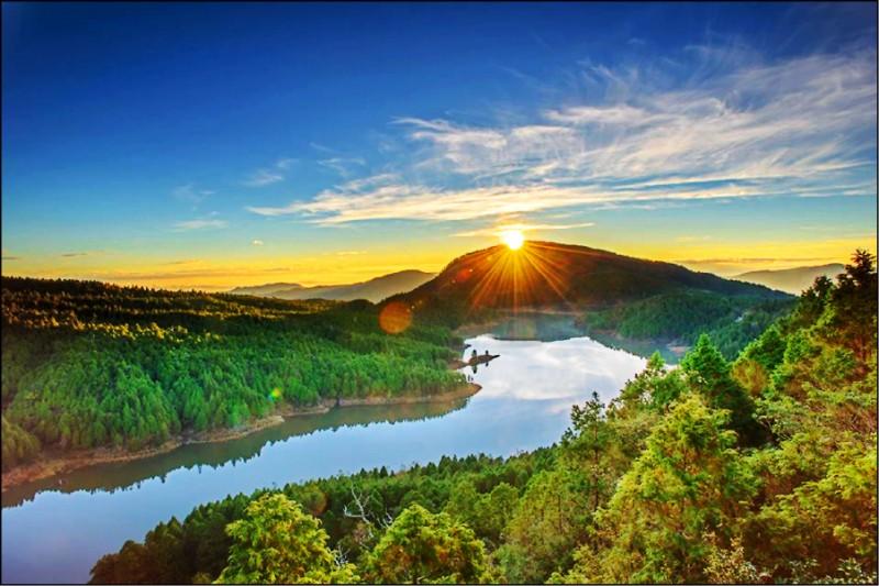 太平山元旦凌晨3點開園,讓遊客迎接2021年第一道曙光,圖為翠峰湖日出。(羅東林管處提供)