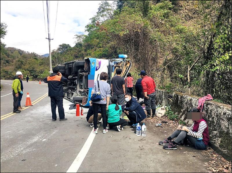 奧萬大聯外道路昨發生中巴翻車意外。(南投林管處提供)