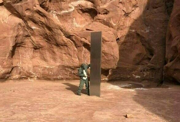 美國猶他州偏遠地區日前出現一根巨型神祕金屬柱狀物引發關注,不過目前已被移除。外媒報導,羅馬尼亞也被發現疑似物體。圖為猶他州的金屬柱。(法新社)