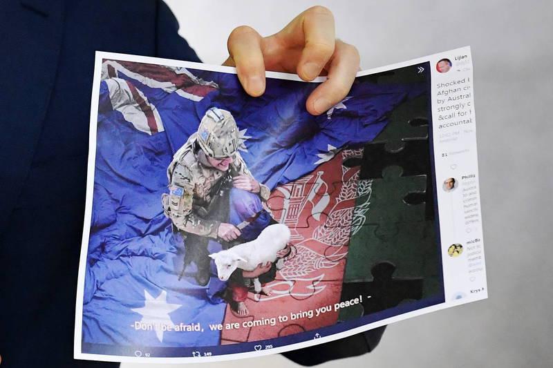 中國外交部發言人趙立堅11月30日於個人「推特」上傳一張澳洲軍人持刀架在阿富汗男童脖子上的照片,所引起的「辱澳」風波持續延燒。(歐新社)