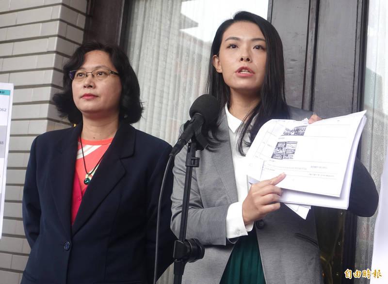 民眾黨立委高虹安(右)、賴香伶(左)召開「政院中央圖房大解密!四年1.3億大內宣」記者會 。(記者王藝菘攝)