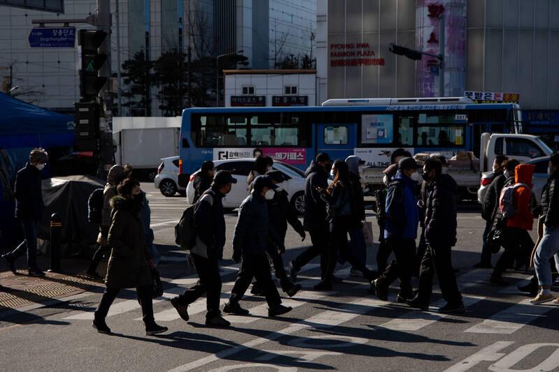 南韓中央防疫對策本部今表示,截至零時武漢肺炎(新型冠狀病毒病,COVID-19)單日新增確診病例451例。示意圖。(彭博)