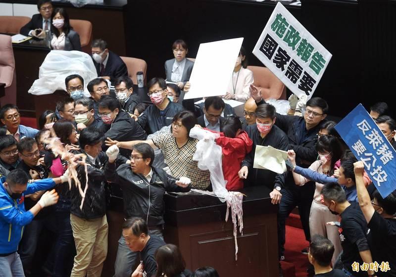 國民黨立委上週五在立法院院會上丟豬內臟抗爭,民進黨立委也不甘示弱回擊。(資料照)