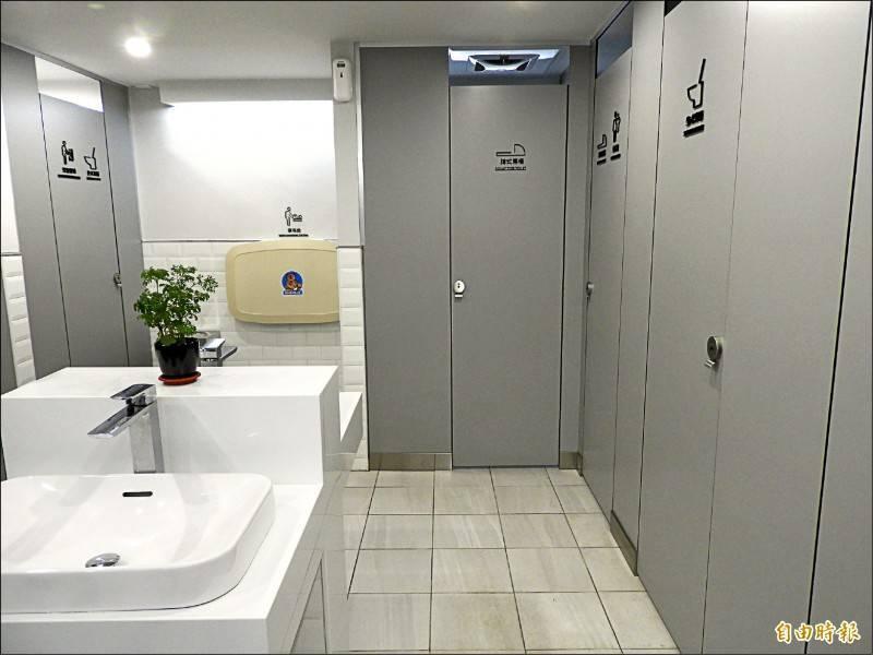 日本一名警察在巡邏時,發現一間殘障廁所長時間被占用,因害怕裡面有人發生意外,因此破門而入,沒想到看到一對男女裸下身坐在馬桶上,一旁竟還有一對男女也交疊在一起,讓警察看傻了眼。示意圖與本新聞無關。(資料照)