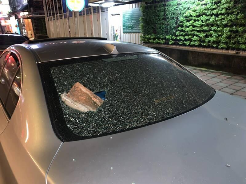 吳男疑向朋友討300元不成,憤而持磚塊助跑後砸破友人汽車後擋風玻璃。(記者闕敬倫翻攝)
