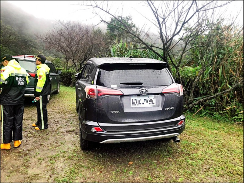 消防人員在登山步道口發現國道警局勤務中心主任陳世雄座車。 (記者徐聖倫翻攝)