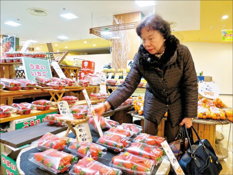 是否開放日食,政府懸而未決。圖為福島農產品店。(中央社資料照)