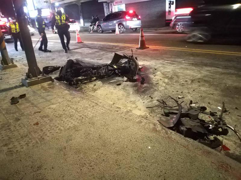 小轎車失控衝撞路旁停放的多輛機車,2輛當場起火燃燒,冒出熊熊烈火,警消趕到現場撲滅火勢,2輛機車燒得差不多只剩骨架。(讀者提供)