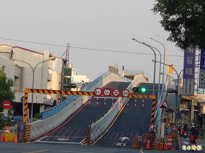 遠觀乍看如同「雲霄飛車」,長榮路臨時鋼便橋將於12月15日開放通行。(記者洪瑞琴攝)