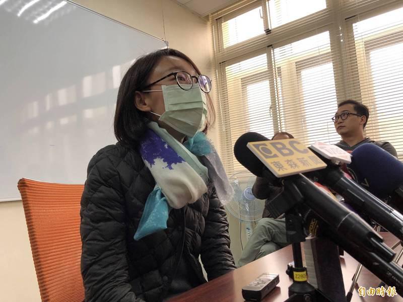 國民黨立委吳怡玎的父親、前立委吳光訓,涉嫌以兒女名義大量買賣康友權證,吳怡玎也被列為下波調查重點,吳怡玎今天受訪強調,真的是恰巧。(記者陳昀攝)