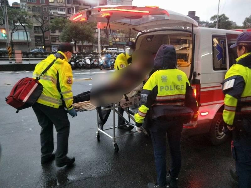 警消合力救下持剪刀想輕生的羅姓男子。(記者吳昇儒翻攝)