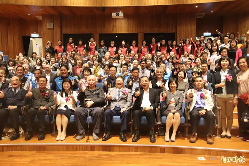 前台灣省主席林光華(前排左4)今天也已老縣長的身分到場觀禮新任文化局長李安妤(前排左3)的就任。(記者黃美珠攝)