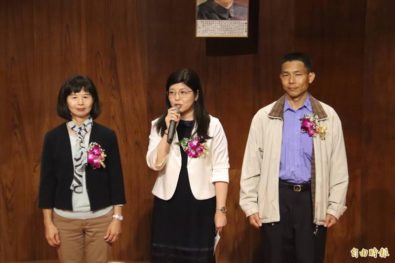 新竹縣政府文化局新任局長李安妤(中)、副局長林益洲(右)、秘書羅玉珠(左)。(記者黃美珠攝)