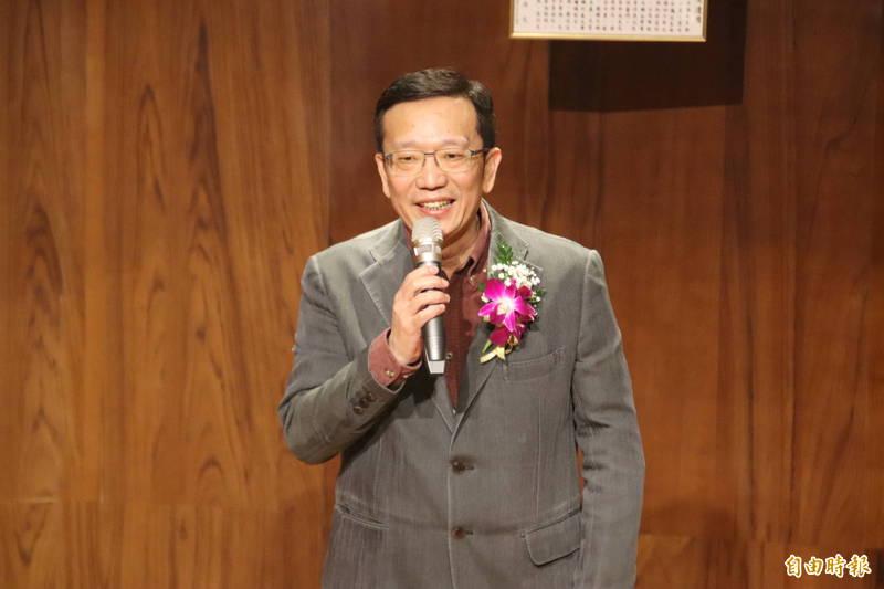 新竹縣政府文化局前任代理局長徐世憲今天退休,交接後說自己的心情總算輕鬆了。(記者黃美珠攝)