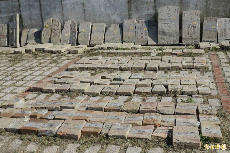 鹿港第一公墓所發現的古墓碑,有富貴家族的氣派墓碑,也有尋常百姓的素樸墓碑以及用紅磚刻字的墓碑。(記者劉曉欣攝)