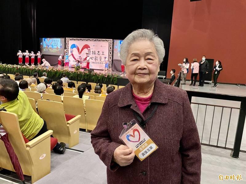 92歲的黃張玉葉,在衛生福利部基隆醫院服務已29年,今天獲得金牌志工表揚。(記者魏瑾筠攝)