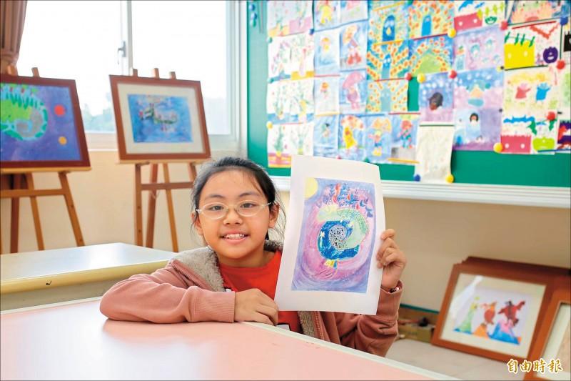 屏東縣崇文國小三年級學生游靚恩,以純真的視野,在畫作上展現無限想像力,成為台灣首位獲得日本花王國際兒童環境繪畫比賽首獎的學生。(記者邱芷柔攝)