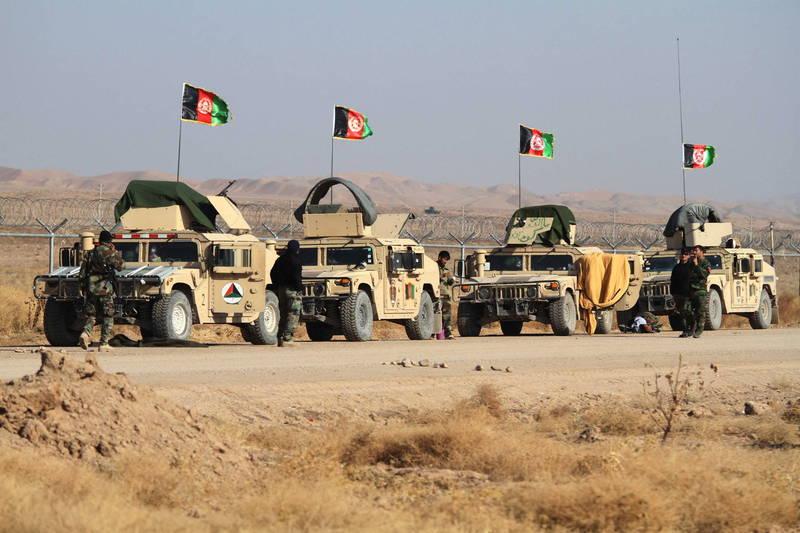 阿富汗加茲尼省的政府軍基地在11月29日被汽車自殺炸彈襲擊,造成31人身亡,隨後政府軍11月30日也對一處軍事基地發動空襲,據悉殺死汽車炸彈襲擊案的幕後主使者,另外再襲殺7名恐怖份子。(歐新社)