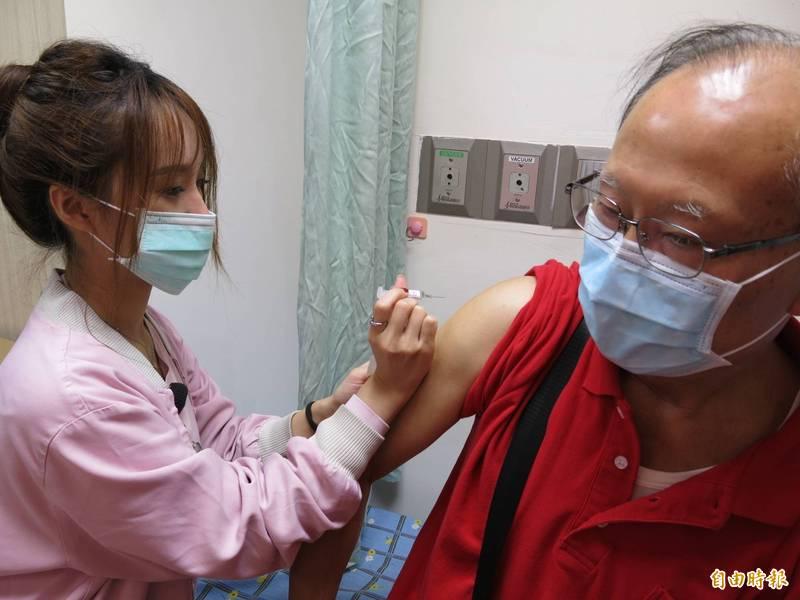 最近有網路傳言聲稱施打疫苗會導致免疫力降低,但台灣事實查核中心已證實為不實傳言。示意圖。(資料照)