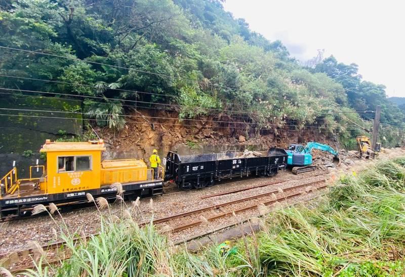 台鐵瑞芳-猴硐間因連續豪雨邊坡滑動,台鐵緊急搶修。(台鐵提供)